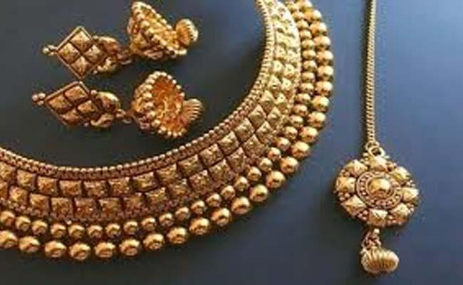 Gold price plunges by Rs 1,049 to Rs 48569 per 10 gram - Sakshi