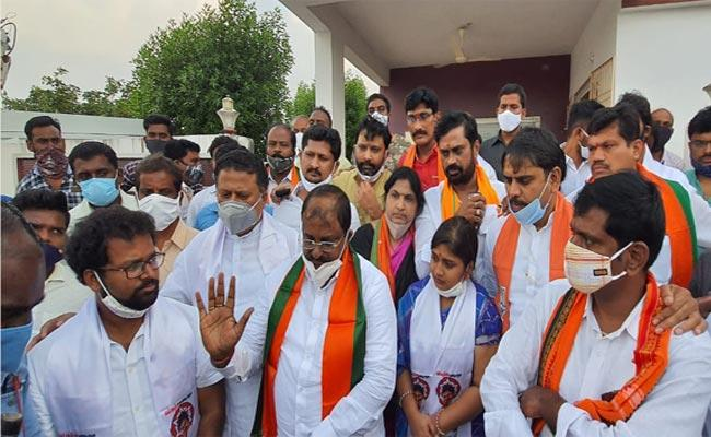 Srikalahasti Janasena Incharge Vinuta And Co Hot Topic In District - Sakshi