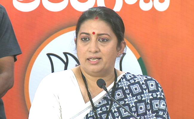Smriti Irani Fires On TRS Party And AIMIM - Sakshi