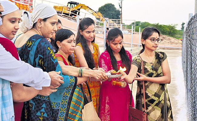 Huge Devotees Attend To Tungabhadra Pushkar Ghats - Sakshi
