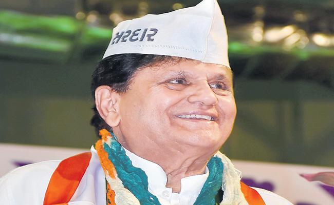 Senior Congress leader Ahmed Patel passes away - Sakshi