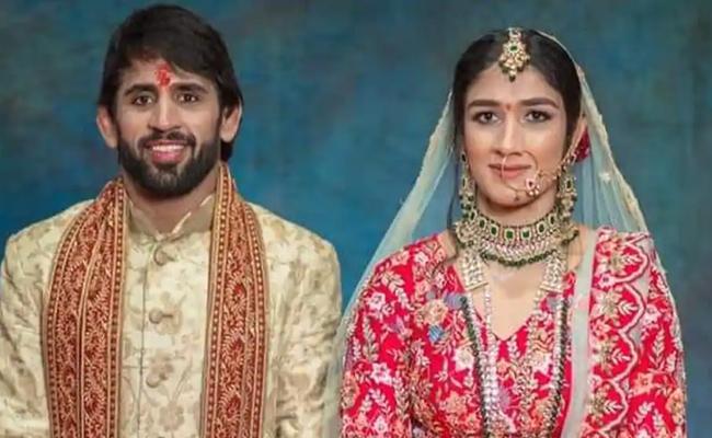 Wrestlers Sangeeta Phogat, Bajrang Punia tie the knot - Sakshi