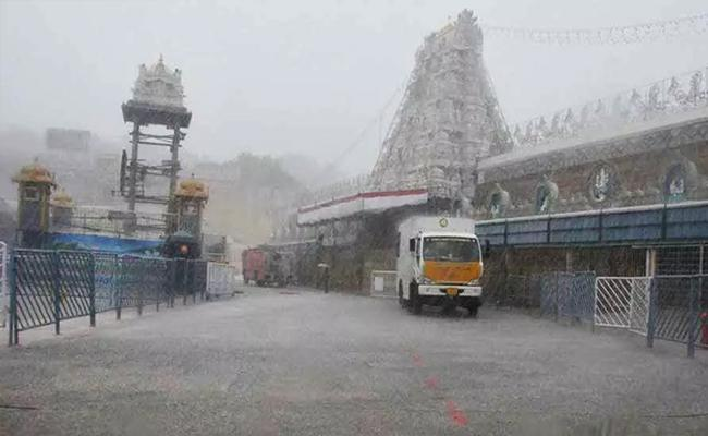 Heavy Rainfall In Tirupati Due To Nivar Cyclone - Sakshi