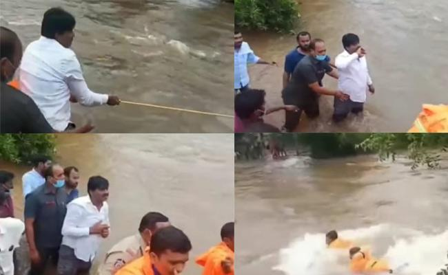 Rescue team Rescued 11 People Trapped In River At Yerpedu - Sakshi