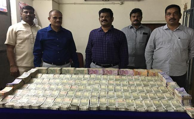 Vijayawada TaskForce Police Seized One Crore Rupees Hawala Money - Sakshi