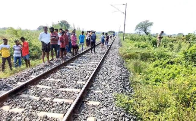 Four Member Family Suicide In Kurnool District - Sakshi