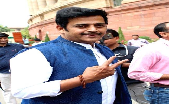 First Vote Then Have Refreshments, Says Ravi Kishan - Sakshi