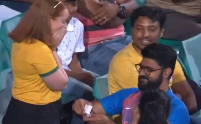 India Supporter Proposes To Australia Fan During 2nd ODI - Sakshi