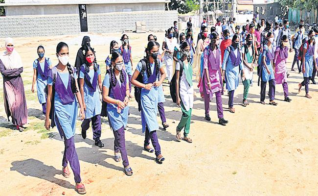 TC Not Required For Admission In Govt Schools At Telangana - Sakshi