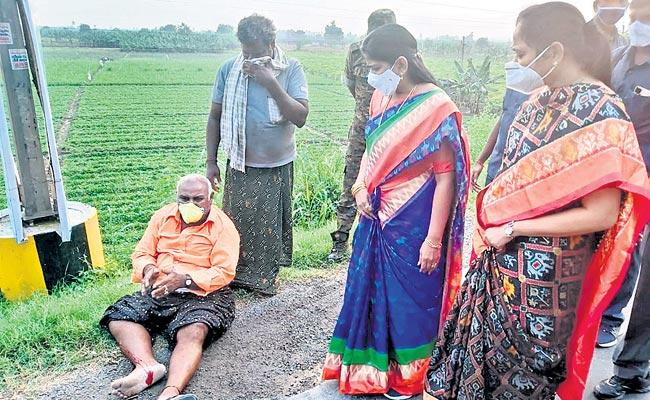 Ministers Shift Accident Victim To Hospital - Sakshi
