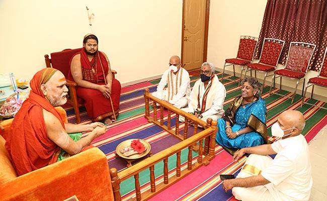 TTD Chairman YV Subba Reddy Calls On Visakha Pontiff - Sakshi