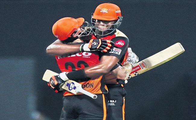 Sunrisers Hyderabad beat Royal Challengers Bangalore by six wickets - Sakshi