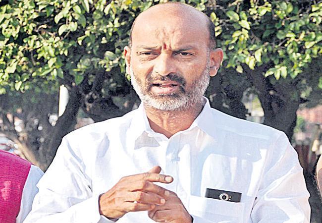 Bandi Sanjay Slams On TRS Govt Over Gangula Srinivas Deceased - Sakshi