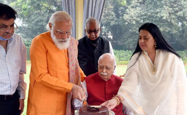 PM Modi Celebrates LK Advani Birthday In His Residence - Sakshi