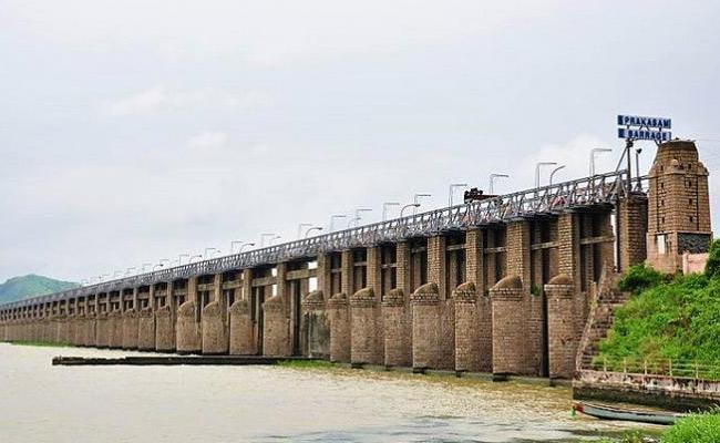 Young Man Commits Lifeless At Prakasam Barrage In Vijayawada - Sakshi