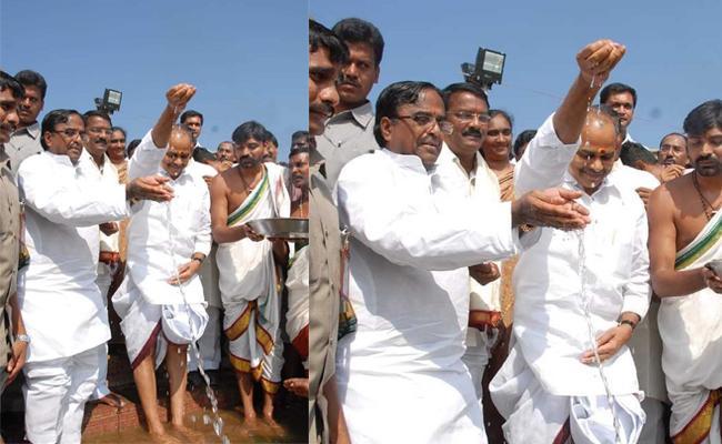 Tungabhadra Pushkaralu Former CM YS Rajashekar Reddy Photo Viral - Sakshi