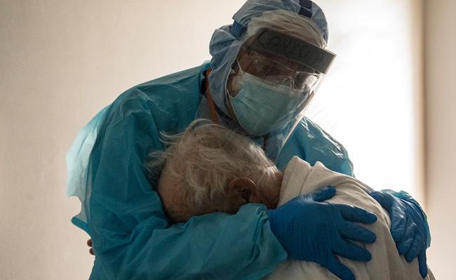 Houston Doctor Hugging Corona Patient Viral Photo - Sakshi