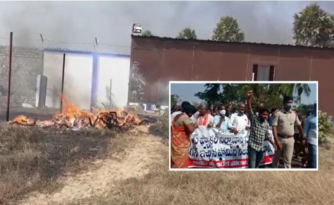 Farmers stage protest against Divis Laboratories In East Godavari - Sakshi