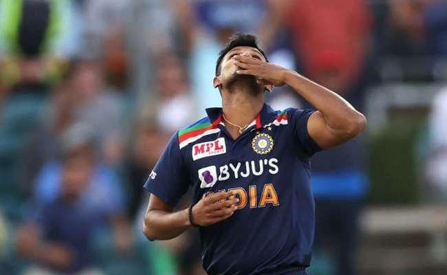 Emotional Video Of T Natarajan Takes Maiden International Wicket - Sakshi