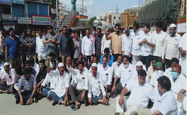 Muslim Minority Leaders Fires On Chandrababu At Anantapur - Sakshi