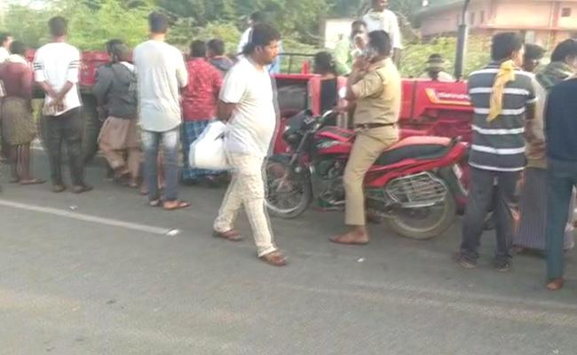 Road Accident In Kurnool District Three People Deceased - Sakshi