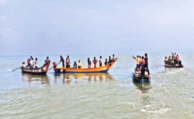 Fishermen Groups Conflict On Sea At Prakasam District - Sakshi