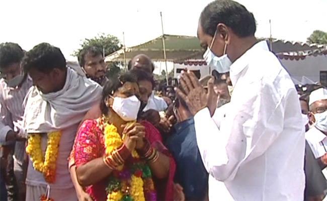 CM KCR Attends To MLA Nomula Narsimhaiah Funeral - Sakshi