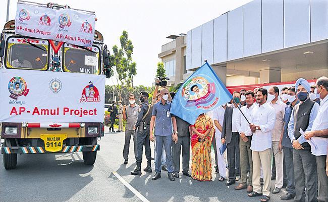 CM YS Jagan Inaugurates YSR Cheyutha And Distribution Of Cattle To Womens - Sakshi