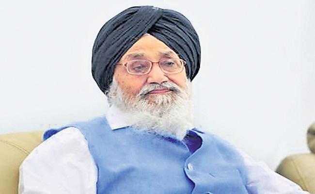 Parkash Singh Badal returns Padma Vibhushan  - Sakshi