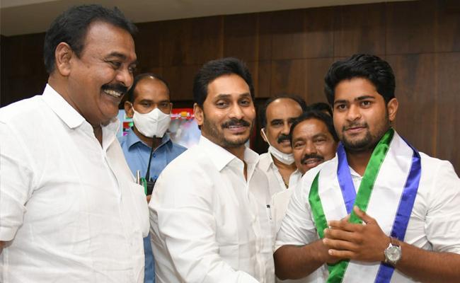 Janasena MLA Rapaka Varaprasad Son Joins YSR Congress Party - Sakshi