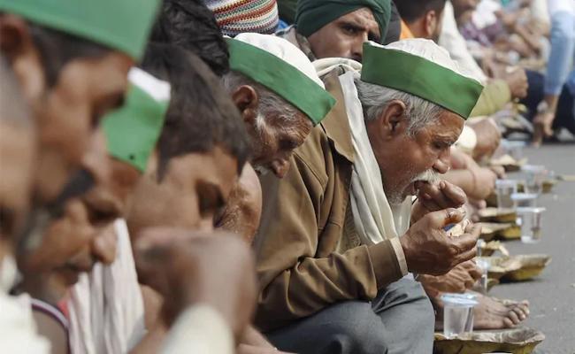 Team Of Muslim Men Serving Langar All Day To Protesting Farmers  - Sakshi