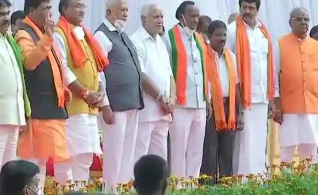 7 Members Take Oath As Ministers In Yediyurappa Cabinet Karnataka - Sakshi
