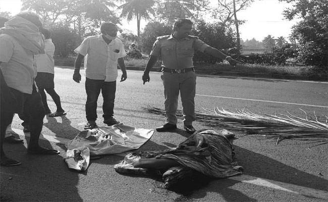 Woman Dies In Road Accident At Ravulapalem - Sakshi