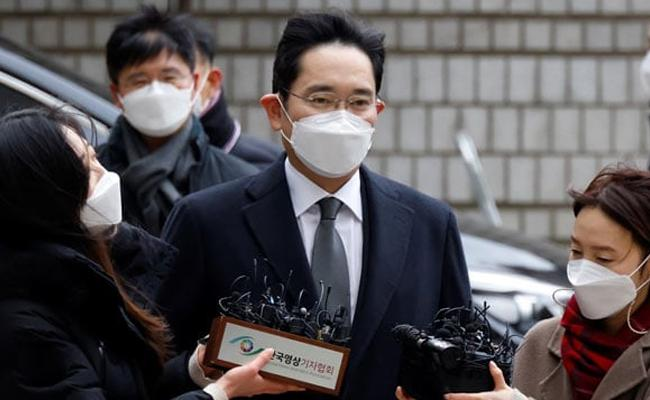 Samsung Chief Jailed For 2.5 Years Over Corruption Scandal - Sakshi