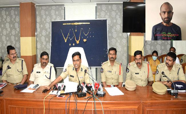 Vizag Police Arrested aA Thief Who Stolen Jewelery At Wedding - Sakshi