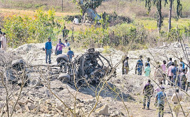 5 people dead in mega explosion in Karnataka - Sakshi