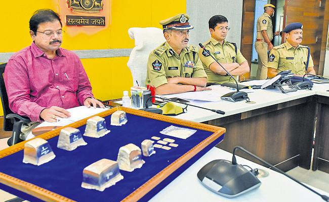 Silver lions thief arrested in AP - Sakshi