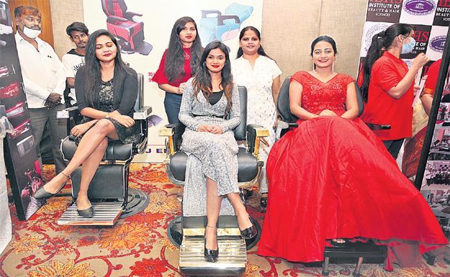 Bigg Boss: Ariyana Glory Starts Hyderabad Fashion Show At Banjara Hills - Sakshi