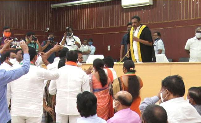 Clashes Between Karimnagar Mayor Sunil Rao And BJP Corporators - Sakshi