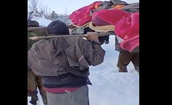 Indian Army Personnel Carry Pregnant Knee Deep Snow Hospital Video - Sakshi