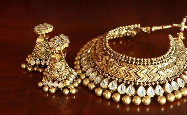 Gold- Silver prices tumbles in New York comex, MCX - Sakshi