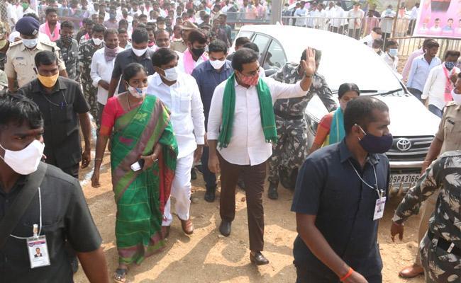 BJP Activits attack on KTR program at Konaraopeta - Sakshi