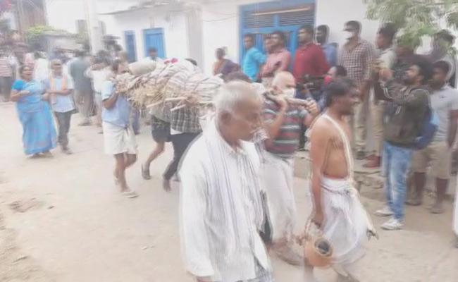 Vaman Rao And Nagajyothi Funerals Completed In Peddapalli - Sakshi