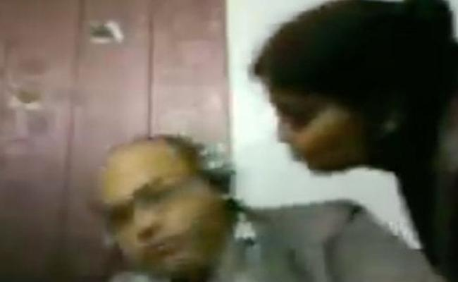 viral video : Husband in Zoom call, wife funny romance - Sakshi