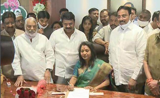 Gadwal Vijayalakshmi Take Charges As GHMC Mayor - Sakshi