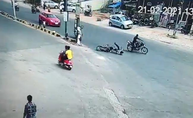 2 Vehicles Collide While Jumping Signal At Durganagar 1 Deceased - Sakshi