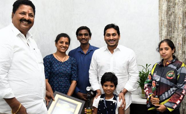 CM YS Jagan Appreciated And Rewarded 1 Lakh Rupees To Children - Sakshi
