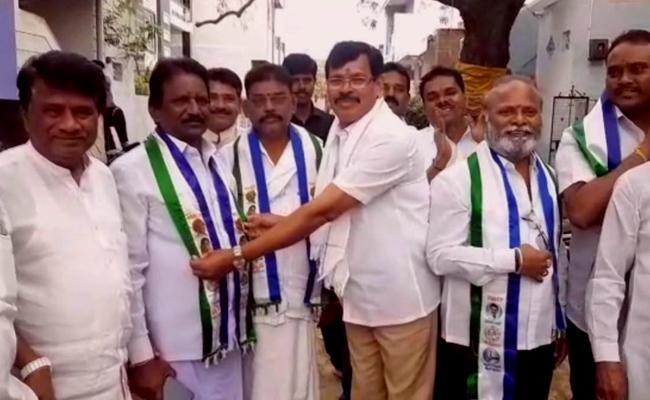 TDP Kalava Srinivasulu Followers Joined In YSRCP In Anantapur - Sakshi
