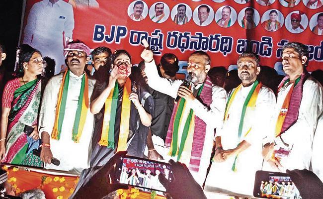 Bandi Sanjay Slams TRS Leaders In Gurrampode Suryapet - Sakshi