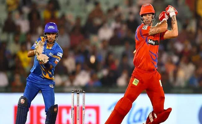 Kevin Pietersen Hit Consecutive Sixes Complete 50Runs Yuvraj Bowling - Sakshi